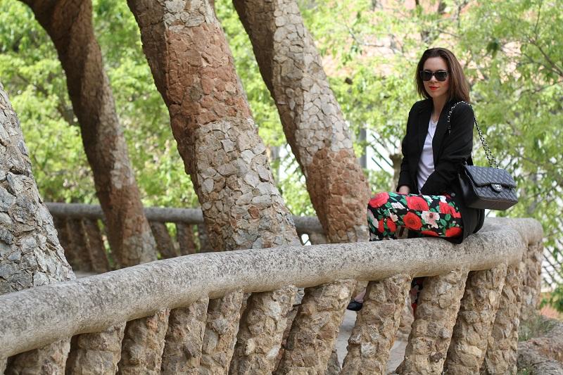pantaloni fiori | pantaloni floreali | blazer nero | giacca nera | spolverino nero | chanel borsa | chanel 2.55 | chanel jumbo | occhiali da sole neri | maglia bianca | fashion | moda | look | outfit | streetstyle |  parc guell | barcellona | colonnato parc guell 1