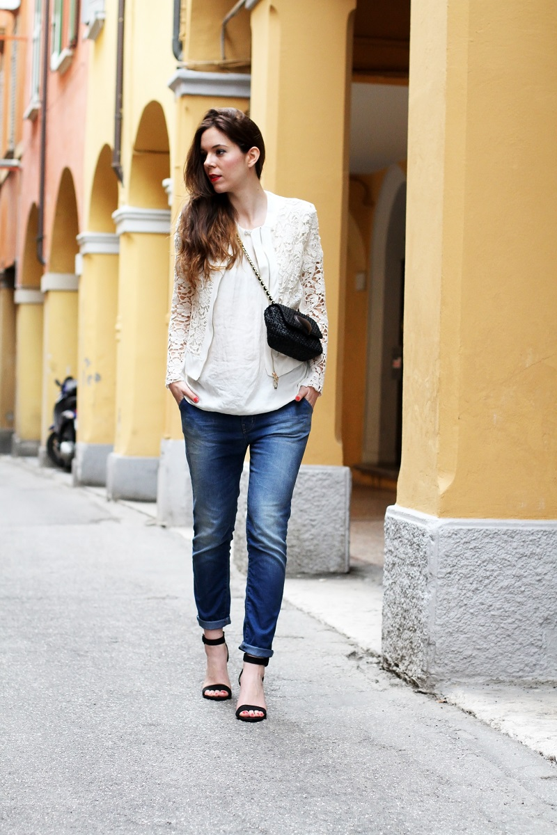 fashion look | giacca bianca| giacca pizzo | borsa moschino | borsa rafia | outfit | look | rinascimento moda | jeans boyfriend | scarpe con tacco | sandali tacco | sandali cinturino | capelli mossi | capelli ricci | capelli luminosi | fashion blogger | irene colzi | irene's closet 1