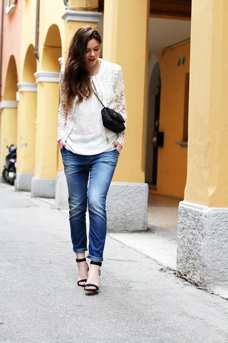 fashion look | giacca bianca| giacca pizzo | borsa moschino | borsa rafia | outfit | look | rinascimento moda | jeans boyfriend | scarpe con tacco | sandali tacco | sandali cinturino | capelli mossi | capelli ricci | capelli luminosi | fashion blogger | irene colzi | irene's closet 2