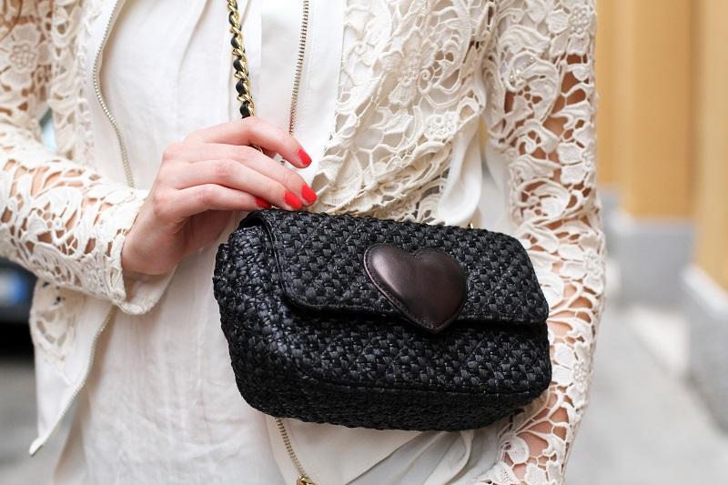 giacca pizzo | rossetto corallo | smalto corallo | rossetto rosso | smalto rosso | giacca rinascimento | maglia rinacimento | borsa moschino | borsa tipo chanel | borsa rafia | borsa cuore 1