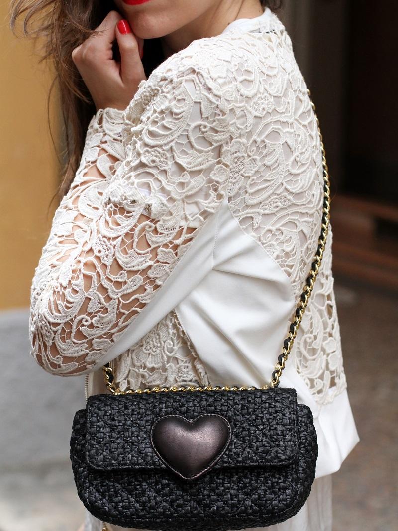 giacca pizzo | rossetto corallo | smalto corallo | rossetto rosso | smalto rosso | giacca rinascimento | maglia rinacimento | borsa moschino | borsa tipo chanel | borsa rafia | borsa cuore