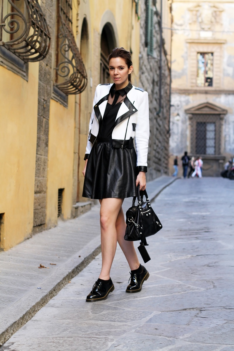 Dr Martens   outfit dr martens   giacca bianca   giacca bianca e nera   gonna pelle   balenciaga   borsa balenciaga   fashion blog   fashion blogger   outfit   look   streetstyle   irene colzi   irene closet 1