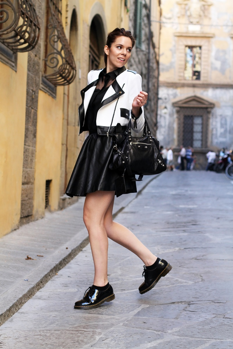 Dr Martens | outfit dr martens | giacca bianca | giacca bianca e nera | gonna pelle | balenciaga | borsa balenciaga | fashion blog | fashion blogger | outfit | look | streetstyle | irene colzi | irene closet