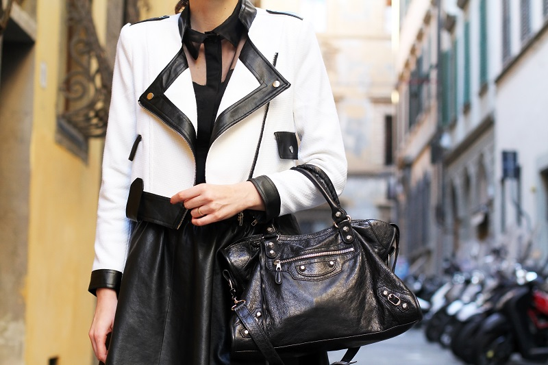 dettaglio fashion   fashion detail   giacca bianca   giacca bianca e nera   gonna pelle   balenciaga   borsa balenciaga   fashion blog   fashion blogger   outfit   look   streetstyle   irene colzi   irene closet