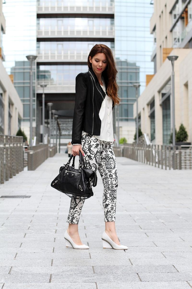 corso como | milano | outfit | look | fashion blogger | fashion blog | pantaloni stampa | stampa barocca | bianco nero | giacca nera | camicia bianca | modella | porta nuova milano | milano moda | zeppe bianche | decollete bianche | scarpe bianche  2