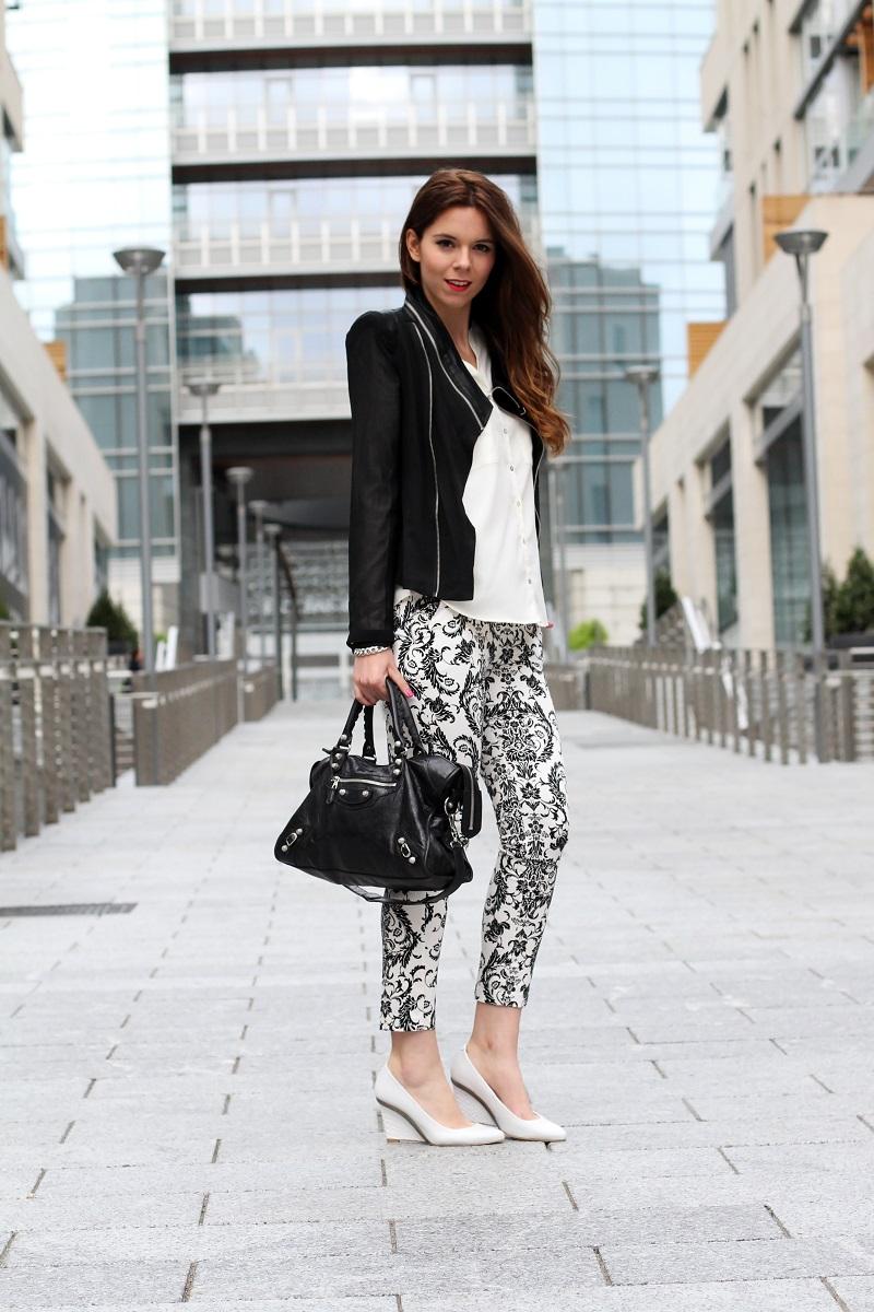 corso como | milano | outfit | look | fashion blogger | fashion blog | pantaloni stampa | stampa barocca | bianco nero | giacca nera | camicia bianca | modella | porta nuova milano | milano moda | zeppe bianche | decollete bianche | scarpe bianche