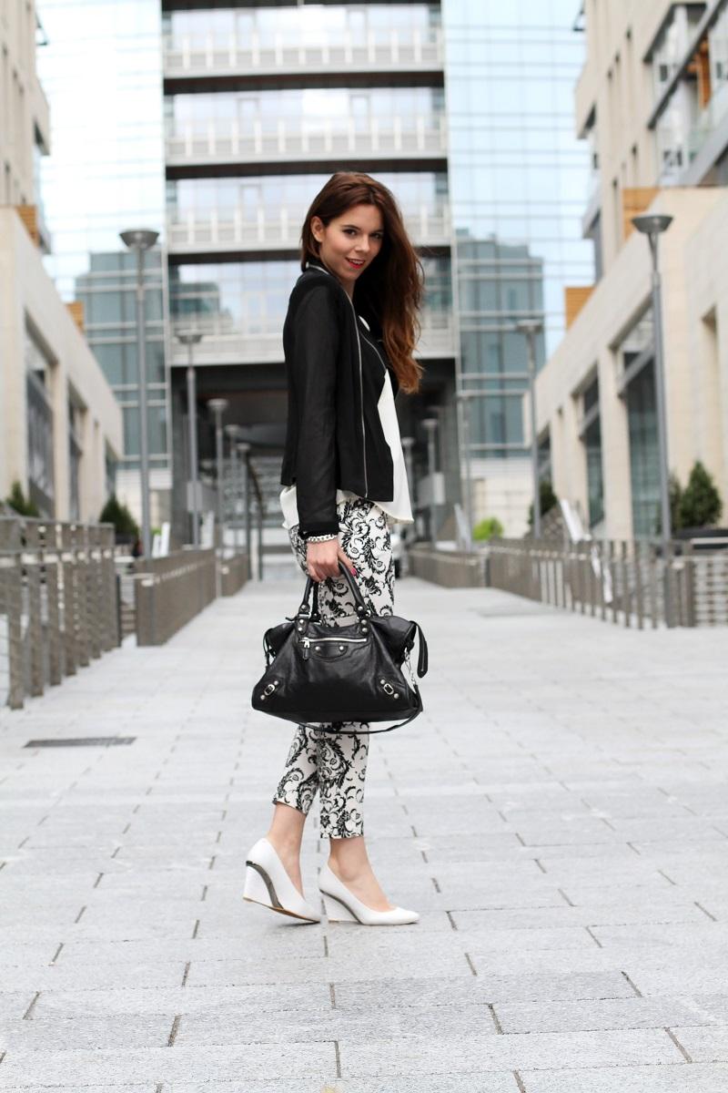 corso como | milano | outfit | look | fashion blogger | fashion blog | pantaloni stampa | stampa barocca | bianco nero | giacca nera | camicia bianca | modella | porta nuova milano | milano moda | zeppe bianche | decollete bianche | scarpe bianche  3