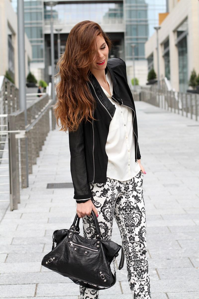 corso como | milano | outfit | look | fashion blogger | fashion blog | pantaloni stampa | stampa barocca | bianco nero | giacca nera | camicia bianca | modella | porta nuova milano | milano moda  | capelli mossi | capelli ricci | capelli lunghi
