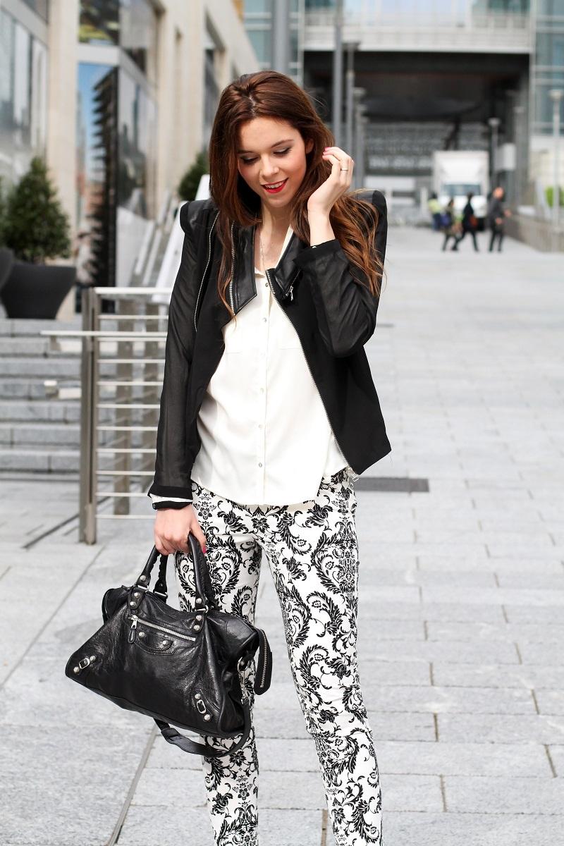 corso como | milano | outfit | look | fashion blogger | fashion blog | pantaloni stampa | stampa barocca | bianco nero | giacca nera | camicia bianca | modella | porta nuova milano | milano moda  1