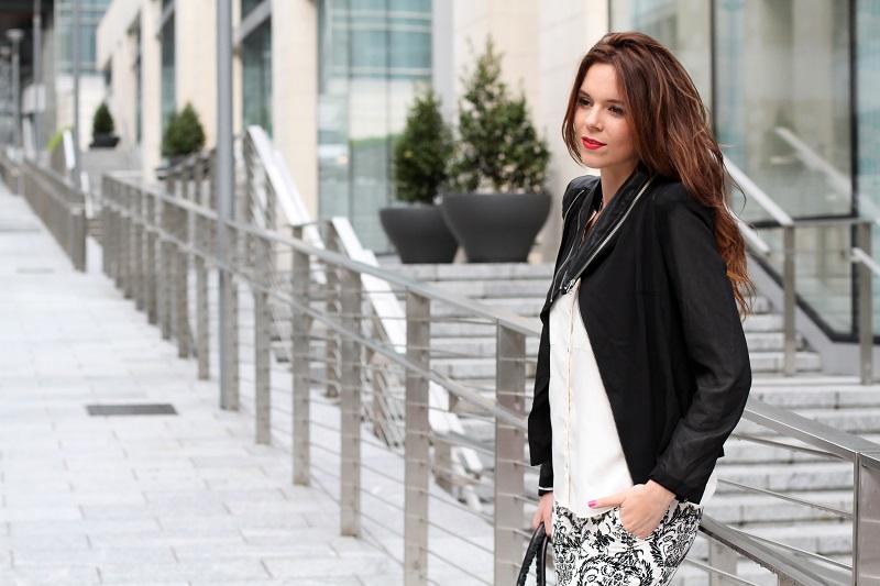 corso como | milano | outfit | look | fashion blogger | fashion blog | pantaloni stampa | stampa barocca | bianco nero | giacca nera | camicia bianca | modella | porta nuova milano | milano moda  | capelli mossi | capelli ricci | capelli lunghi 1