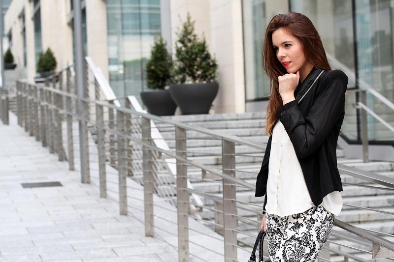 corso como | milano | outfit | look | fashion blogger | fashion blog | pantaloni stampa | stampa barocca | bianco nero | giacca nera | camicia bianca | modella | porta nuova milano | milano moda  3