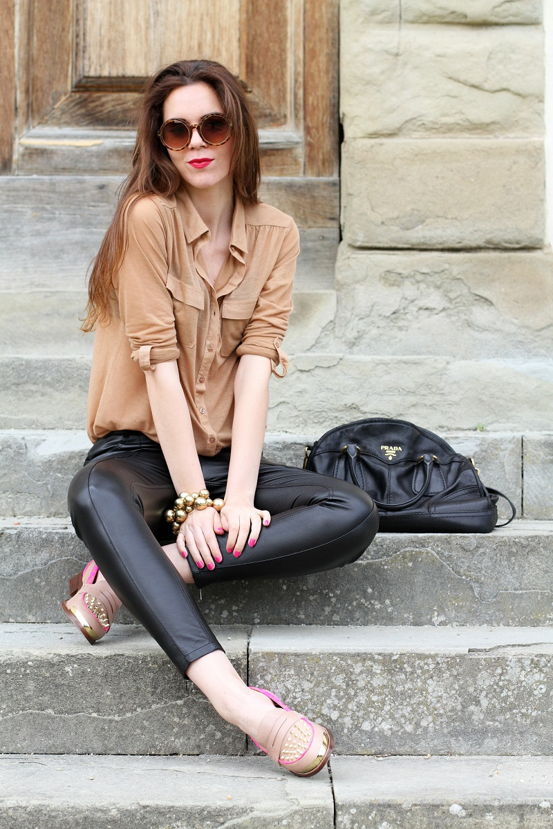 kurt geiger | mocassini | mocassini borchie | scarpe beige | scarpe particolari | mocassini particolari | pantaloni di pelle nera | pelle | camicia beige | camicia marrone | braccialetto grande | occhiali da sole rotondi | smalto fucsia | occhiali da sole | fashion | moda | outfit | look | streetstyle | irene colzi 4
