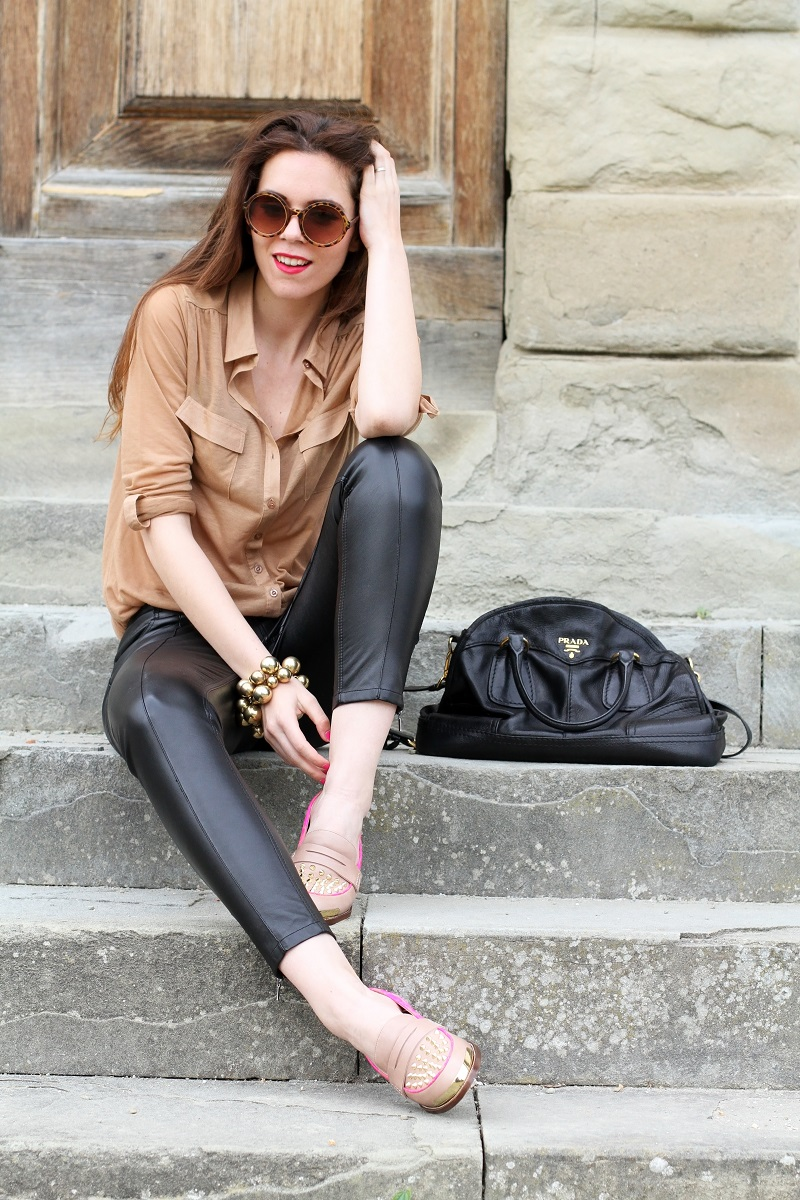 kurt geiger | mocassini | mocassini borchie | scarpe beige | scarpe particolari | mocassini particolari | pantaloni di pelle nera | pelle | camicia beige | camicia marrone | braccialetto grande | occhiali da sole rotondi | smalto fucsia | occhiali da sole | fashion | moda | outfit | look | streetstyle | irene colzi