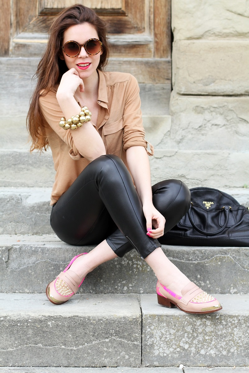 kurt geiger | mocassini | mocassini borchie | scarpe beige | scarpe particolari | mocassini particolari | pantaloni di pelle nera | pelle | camicia beige | camicia marrone | braccialetto grande | occhiali da sole rotondi | smalto fucsia | occhiali da sole | fashion | moda | outfit | look | streetstyle | irene colzi 1