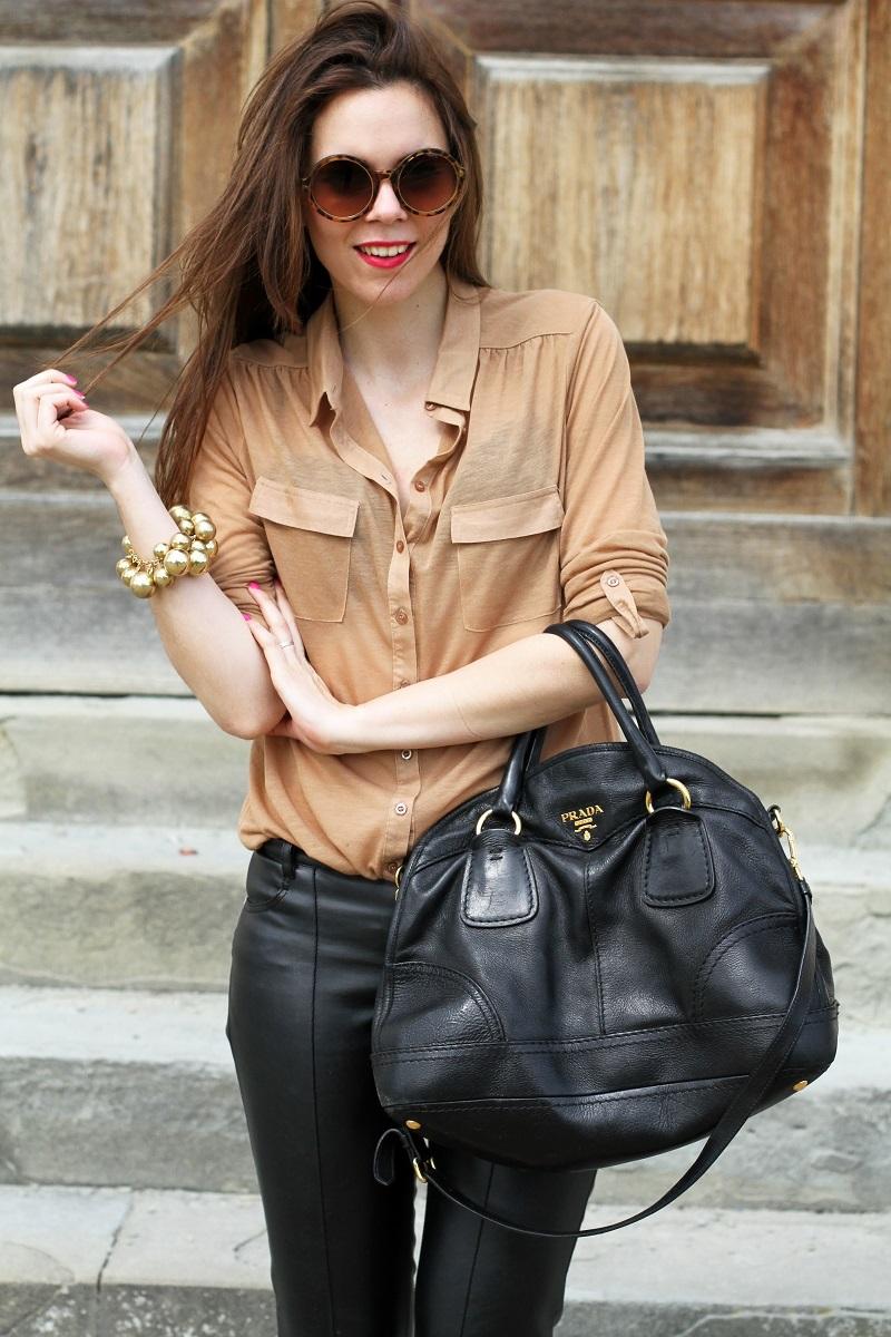 pantaloni di pelle nera | pelle | camicia beige | camicia marrone | braccialetto grande | occhiali da sole rotondi | smalto fucsia | occhiali da sole | fashion | moda | outfit | look | streetstyle | irene colzi 1