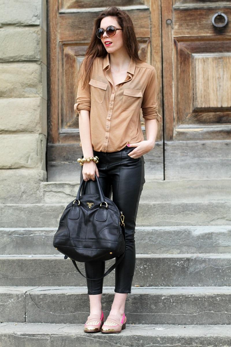 kurt geiger | mocassini | mocassini borchie | scarpe beige | scarpe particolari | mocassini particolari | pantaloni di pelle nera | pelle | camicia beige | camicia marrone | braccialetto grande | occhiali da sole rotondi | smalto fucsia | occhiali da sole | fashion | moda | outfit | look | streetstyle | irene colzi 3