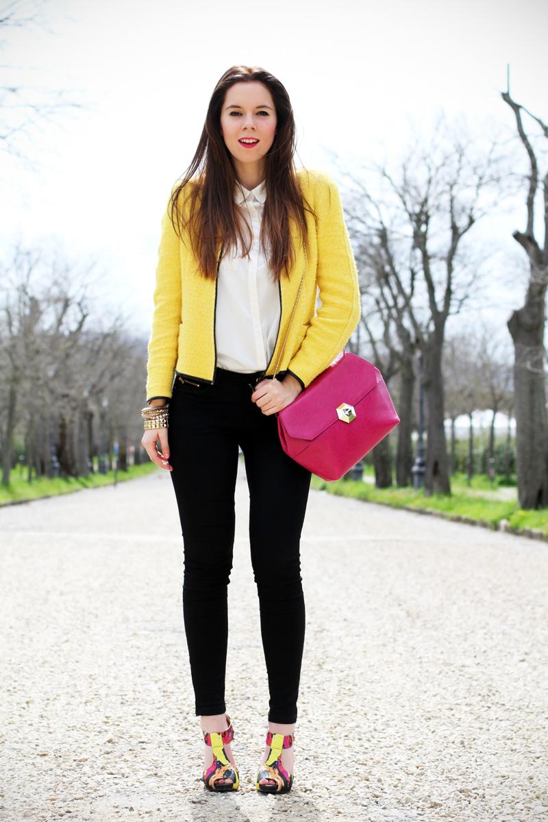 outfit | look | camicia bianca | ragazza | giacca gialla | borsa fucsia | skinny jeans | pantaloni neri | bvlgari | zara | rossetto fucsia | sandali colorati | scarpe colorate 1