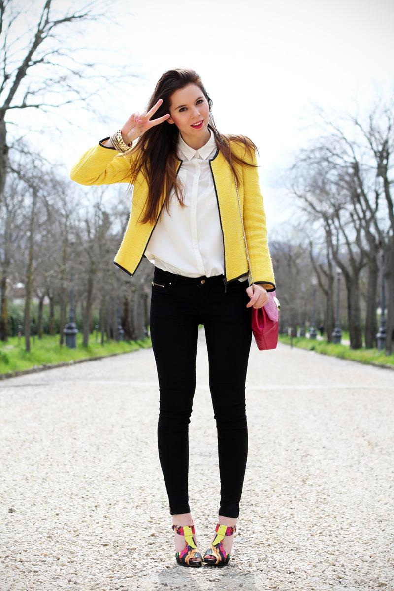 outfit | look | camicia bianca | ragazza | giacca gialla | borsa fucsia | skinny jeans | pantaloni neri | bvlgari | zara | rossetto fucsia | sandali colorati | scarpe colorate