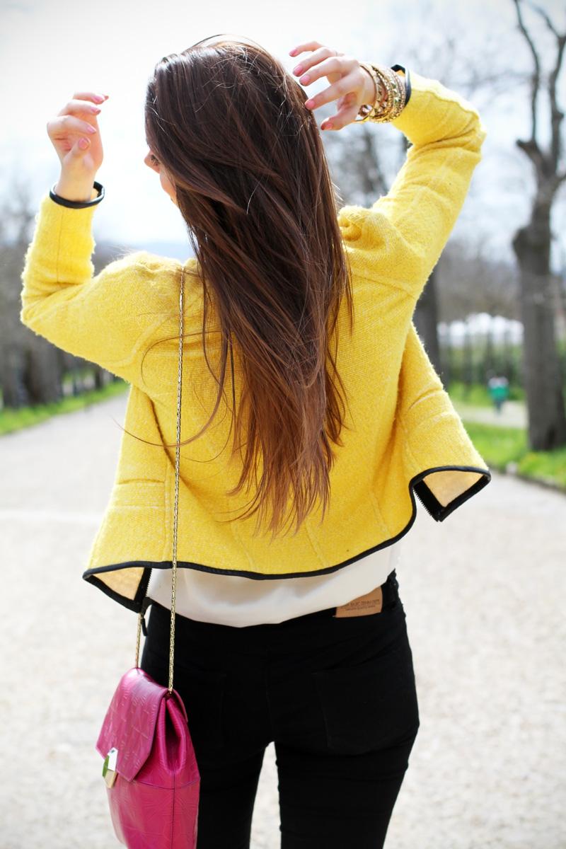 lato b | capelli lunghi | taglio capelli | shatush | giacca gialla | borsa fucsia | skinny jeans | pantaloni neri | sedere