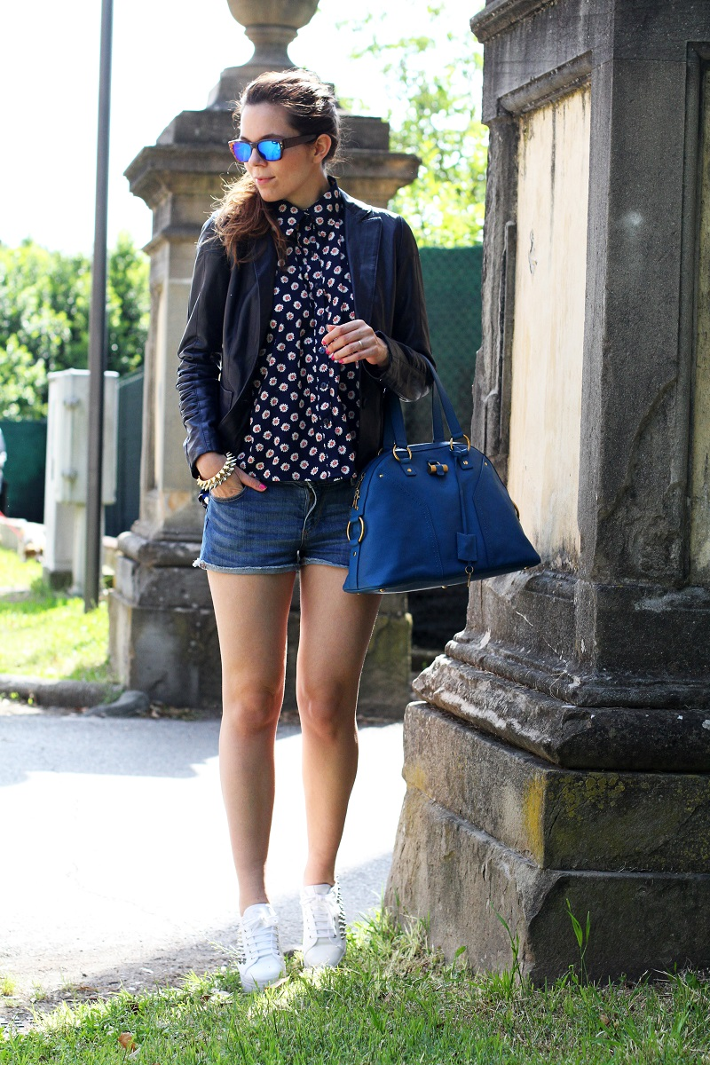 spektre | occhiali da sole | occhiali da sole a specchio | giacca di pelle blu | camicia fantasia donna | shorts jeans | shorts denim | pantaloncini corti | jeffrey campbell | sneakers platform | sneakers zeppa