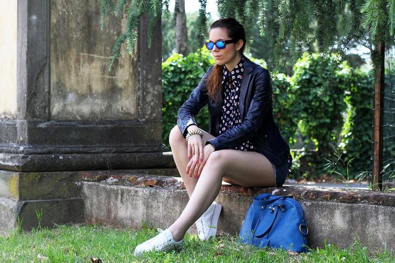 spektre | occhiali da sole | occhiali da sole a specchio | giacca di pelle blu | camicia fantasia donna | shorts jeans | shorts denim | pantaloncini corti | jeffrey campbell | sneakers platform | sneakers zeppa 1