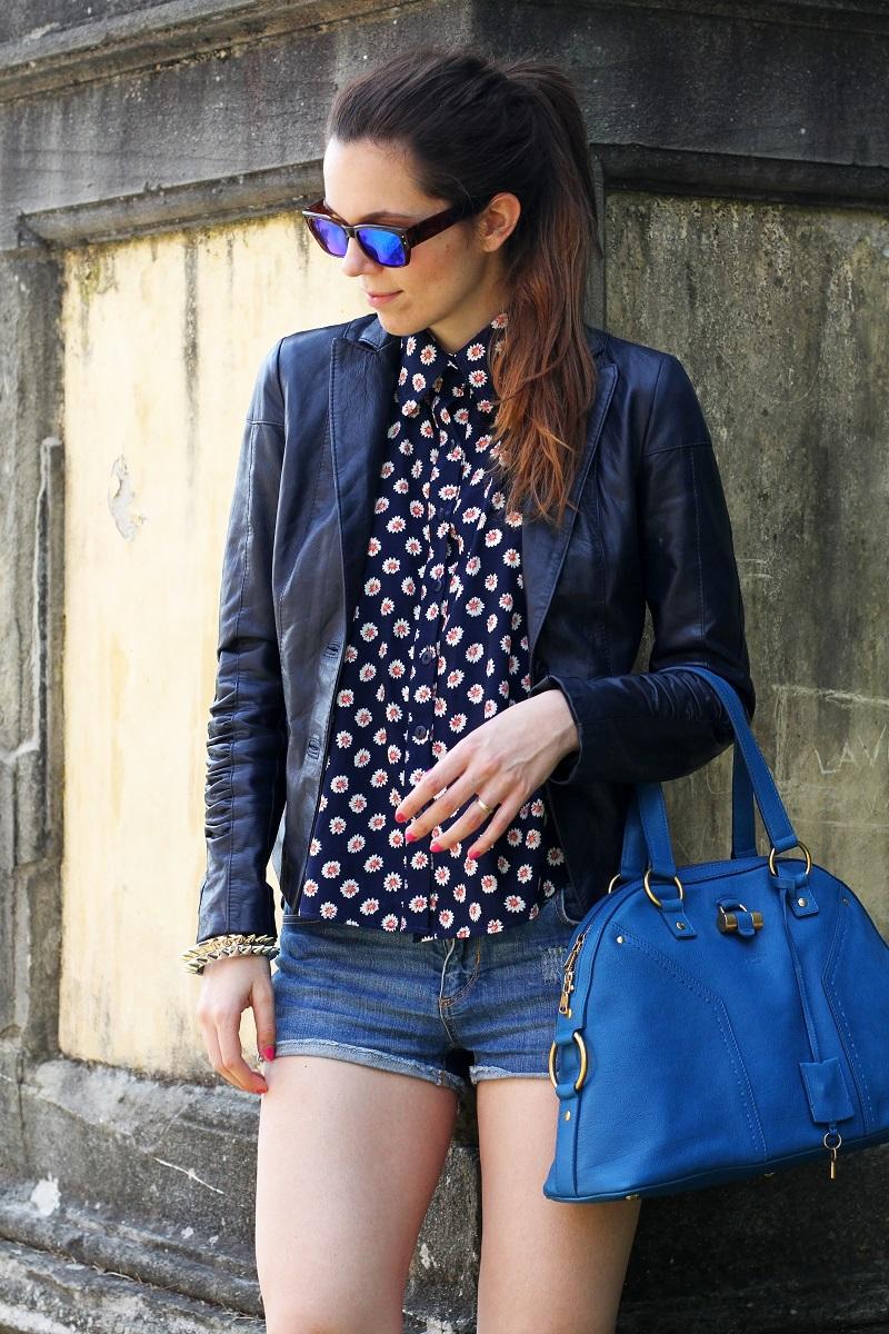 spektre | occhiali da sole | occhiali da sole a specchio | giacca di pelle blu | camicia fantasia donna | shorts jeans | shorts denim | pantaloncini corti