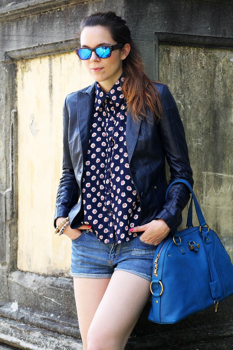 spektre | occhiali da sole | occhiali da sole a specchio | giacca di pelle blu | camicia fantasia donna | shorts jeans | shorts denim | pantaloncini corti 3