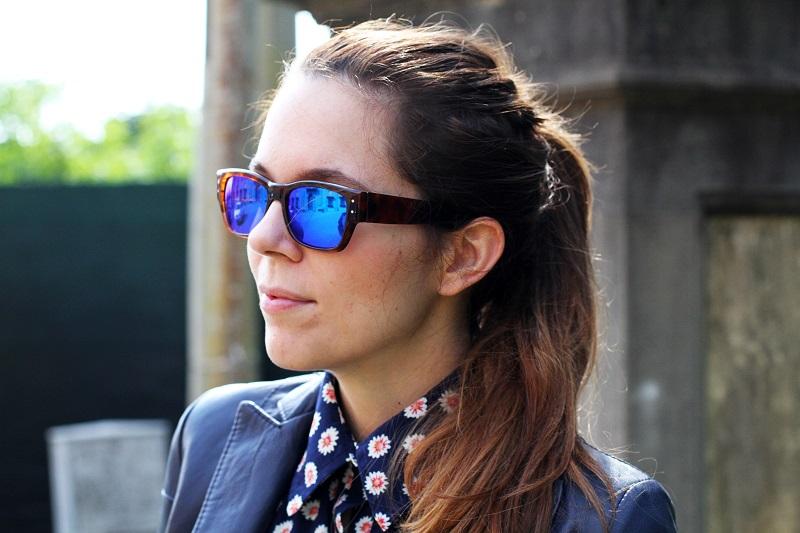 Spektre gli occhiali da sole blu prima di partire per la francia - Occhiali per truccarsi allo specchio ...
