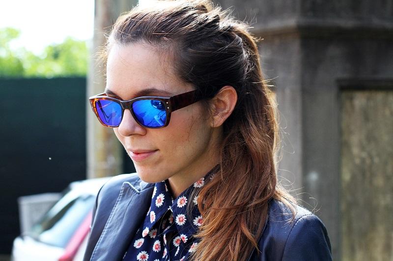 Spektre gli occhiali da sole blu prima di partire per la - Occhiali specchio blu ...