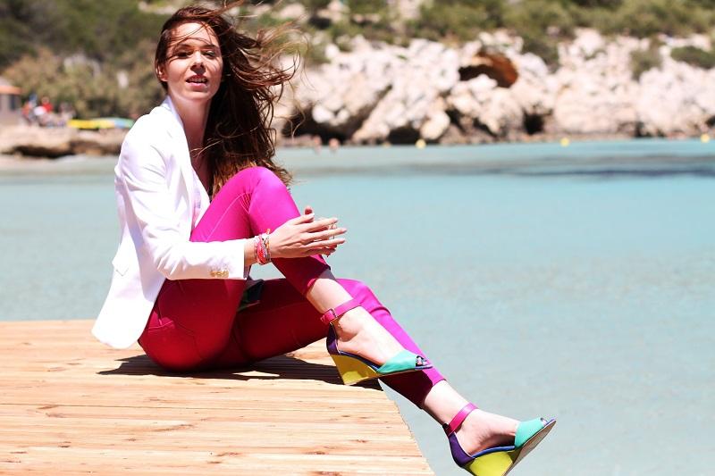 calanque | redsoul | provence | marseille | aix en provence | provenza | fashion blog | fashion blogger | outfit | look | mare | spiaggia | giacca bianca | canottiera colorata | pantaloni fucsia | golden sign | pantaloni capri | scarpe multicolore | scarpe colorate 2