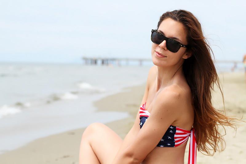 Due pezzi | bikini | costume americano | ragazza costume | costume da bagno | ragazza bikini | capelli lunghi | capelli sani 1
