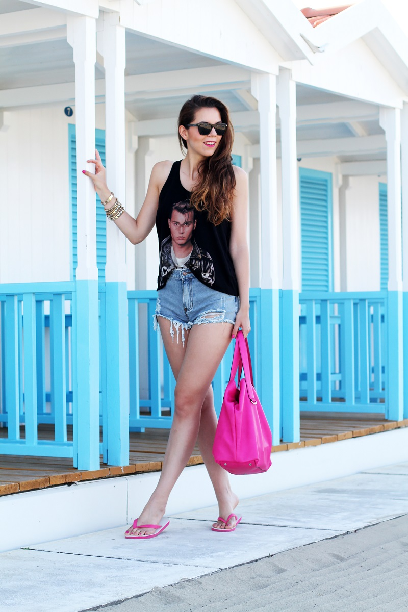 Johnny Depp | outfit |  look | fashion | moda | jeans strappati | occhiali da sole | look donna | look fashion donna | outfit fashion donna | shorts levis tagliati | shorts levis | irene colzi | irene closet | look casual | look mare |  outfit mare | outfit casual havaianas | coccinelle | hm | canottiera ragazza