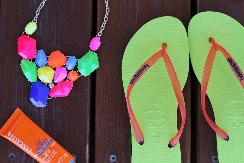 infradito | sandali mare | infradito mare | solare | collana colorata | collana fluo | bracciale fluo | fluo | colori fluo 1