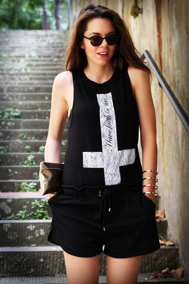 la domenica | irene colzi | irene closet | fashion blogger | fashion blog | outfit | look | scarpe oro | maglia croce | occhiali da sole | occhiali da sole giorgio armani | pochette oro | moda 1