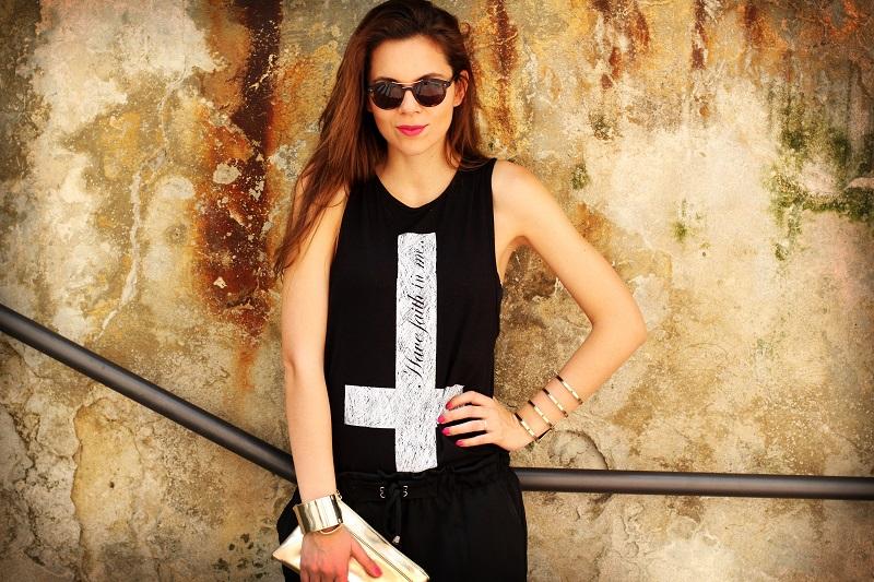 occhiali da sole | occhiali da sole giorgio armani | pochette oro | moda | fashion | maglia croce