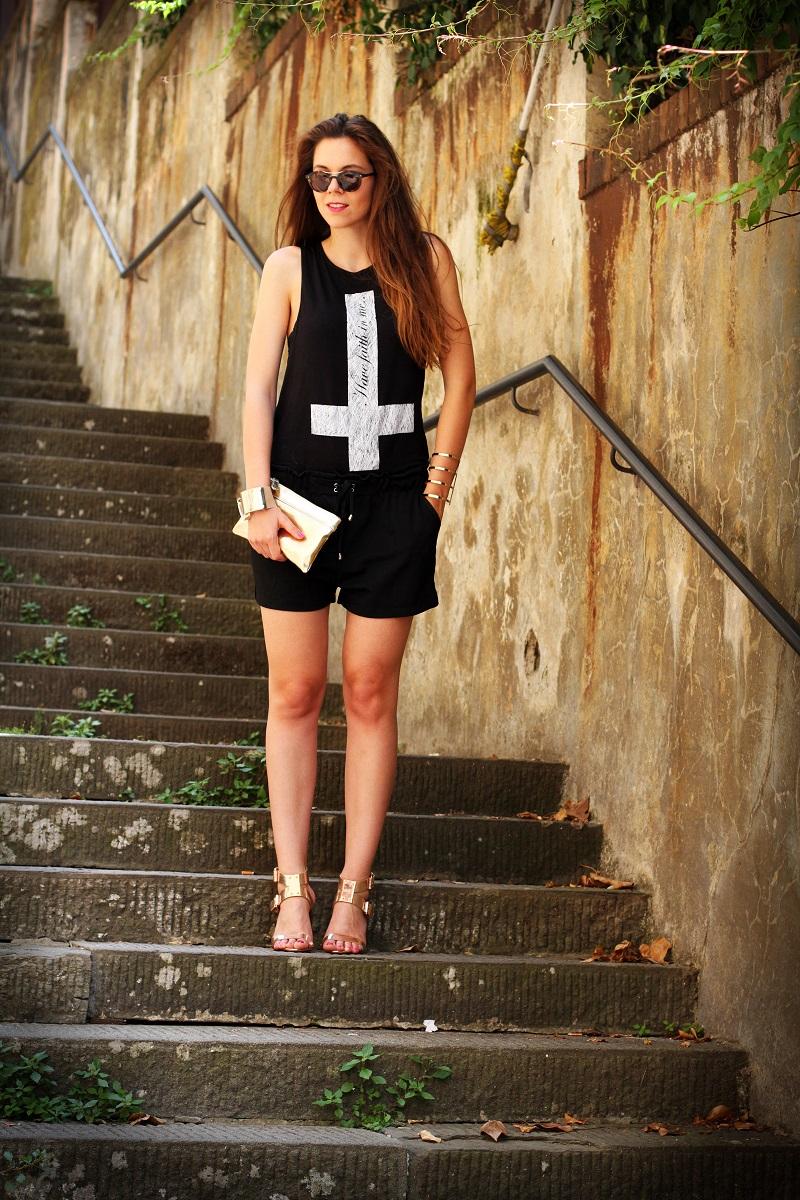 la domenica | irene colzi | irene closet | fashion blogger | fashion blog | outfit | look | scarpe oro | maglia croce | occhiali da sole | occhiali da sole giorgio armani | pochette oro | moda 5