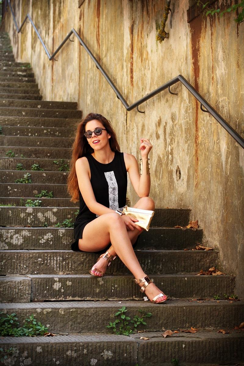 la domenica | irene colzi | irene closet | fashion blogger | fashion blog | outfit | look | scarpe oro | maglia croce | occhiali da sole | occhiali da sole giorgio armani | pochette oro | moda 6