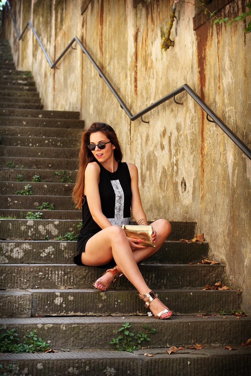 la domenica | irene colzi | irene closet | fashion blogger | fashion blog | outfit | look | scarpe oro | maglia croce | occhiali da sole | occhiali da sole giorgio armani | pochette oro | moda 3