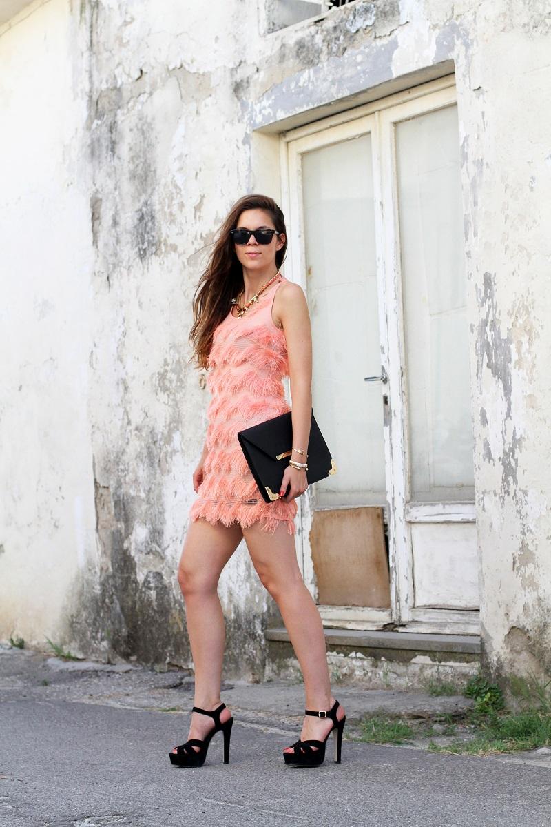 abito elegante | abito elegante corto | vestito elegante | vestito salmone | vestito frange | sandali tacco | sandali neri | pochette nera