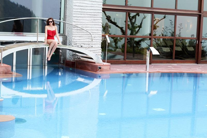 le fay | le fay resort | lago di garda | costume intero | costume da bagno | asos | bikini | estate 2013 | ragazza piscina | piscina | costume da bagno rosso | costume intero rosso | occhiali da sole borchie | fitspo | fisico perfetto | irene colzi | fashion blogger | look | outfit 6