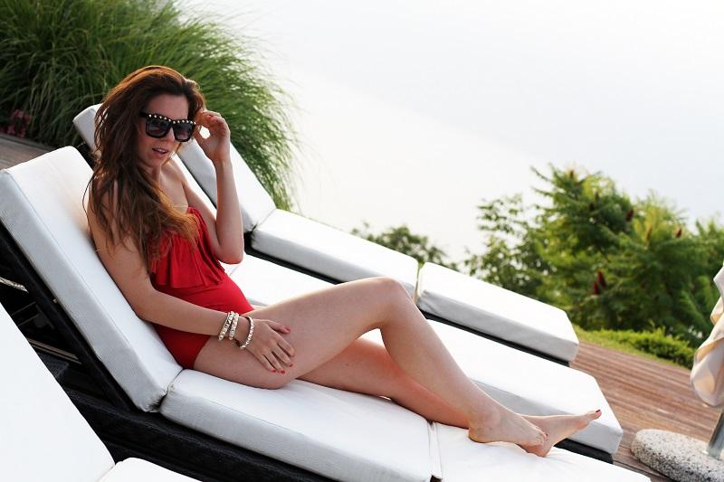 lago di garda | costume intero | costume da bagno | asos | bikini | estate 2013 | ragazza piscina | piscina | costume da bagno rosso | costume intero rosso | occhiali da sole borchie | fitspo | fisico perfetto | irene colzi | fashion blogger | look | outfit 8