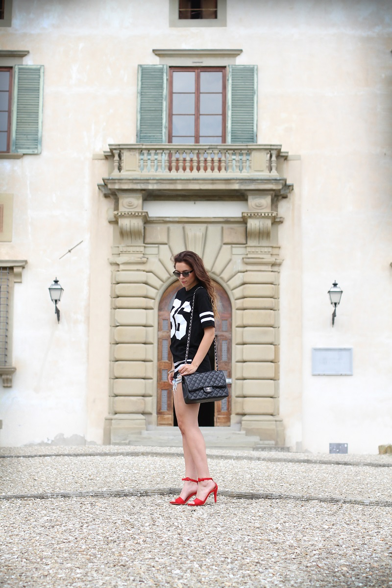 chanel bag | nuovi capelli | maglia con numero | shorts jeans |  vogue eyewear | luxottica | outfit | look | irene colzi | irene closet | scarpe rosse | sandali rossi 1