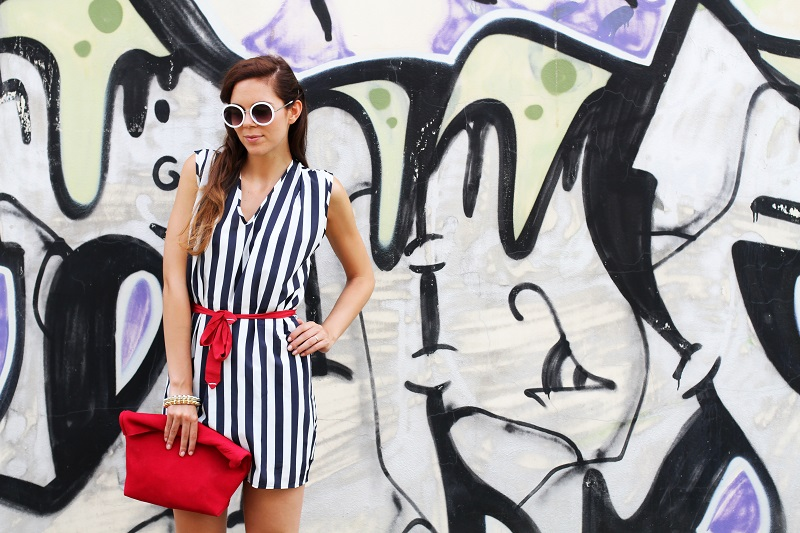 tendenze estate 2013 | graffiti | murales | righe | occhiali da sole tondi | borsa celine | vangle | borsa rossa | outfit | look | fashion blogger | it girl