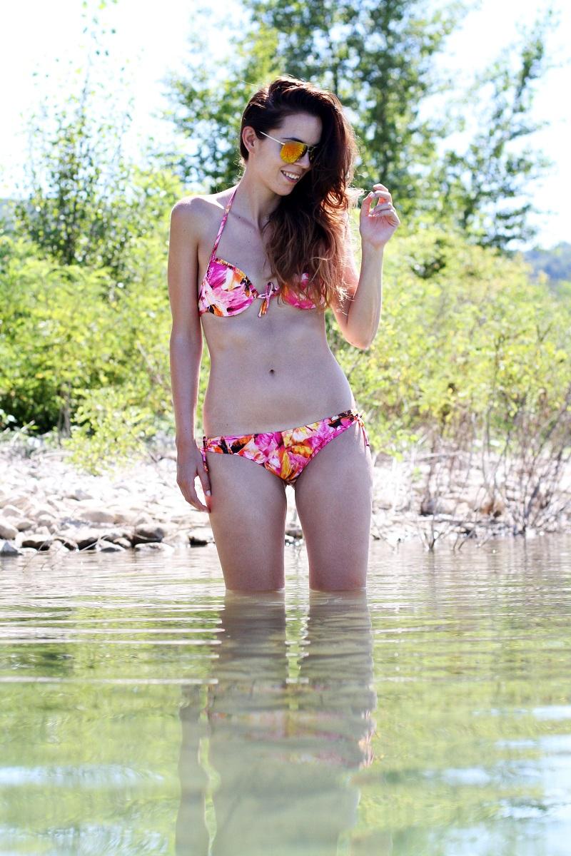 lago di bilancino | bikini | summer | estate | fucsia | aviator specchiati | aviator | fashion blogger bikini | fashion blogger costume da bagno | vacanze al lago | lago | bagno nel lago 1