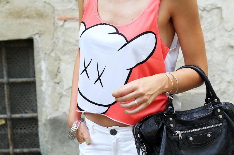 collezione primavera estate 2013 | crop top | pantaloni bianchi | tshirt simpatica | laura biagiotti | borsa balenciaga | borsa nera | balenciaga 2