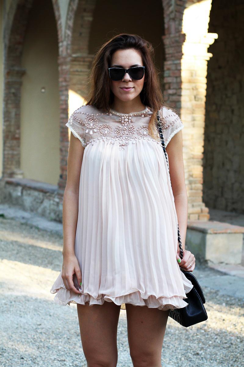 vestito elegante | abito corto | vestito rosa | abito elegante | vestito elegante | outfit chic | look elegante | borsa chanel jumbo | borsa chanel 2.55 | borsa chanel 4