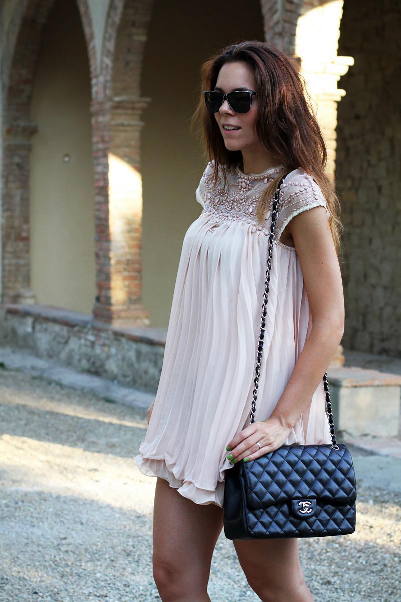 vestito elegante | abito corto | vestito rosa | abito elegante | vestito elegante | outfit chic | look elegante | borsa chanel jumbo | borsa chanel 2.55 | borsa chanel 2