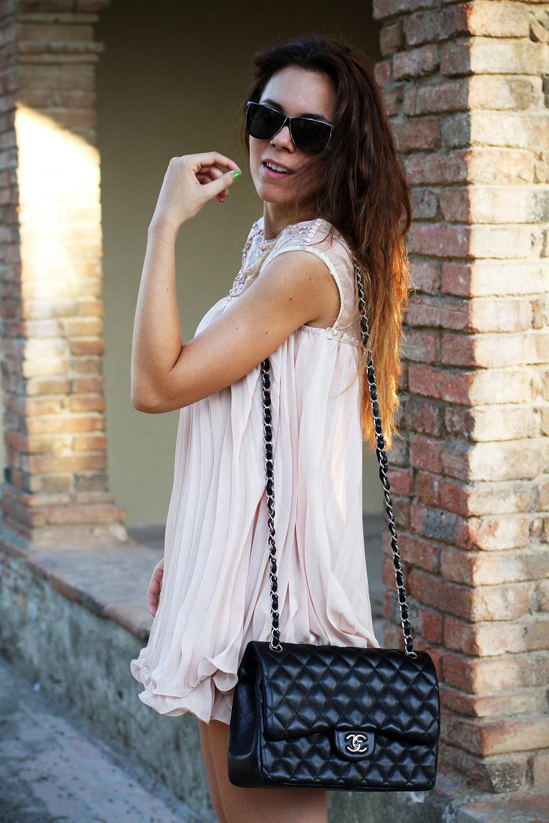 vestito elegante | abito corto | vestito rosa | abito elegante | vestito elegante | outfit chic | look elegante | borsa chanel jumbo | borsa chanel 2.55 | borsa chanel