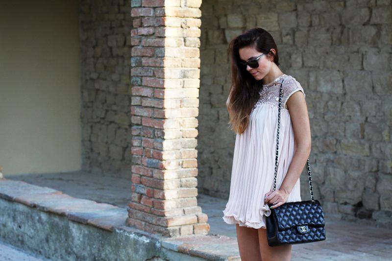 vestito elegante | abito corto | vestito rosa | abito elegante | vestito elegante | outfit chic | look elegante | borsa chanel jumbo | borsa chanel 2.55 | borsa chanel 3