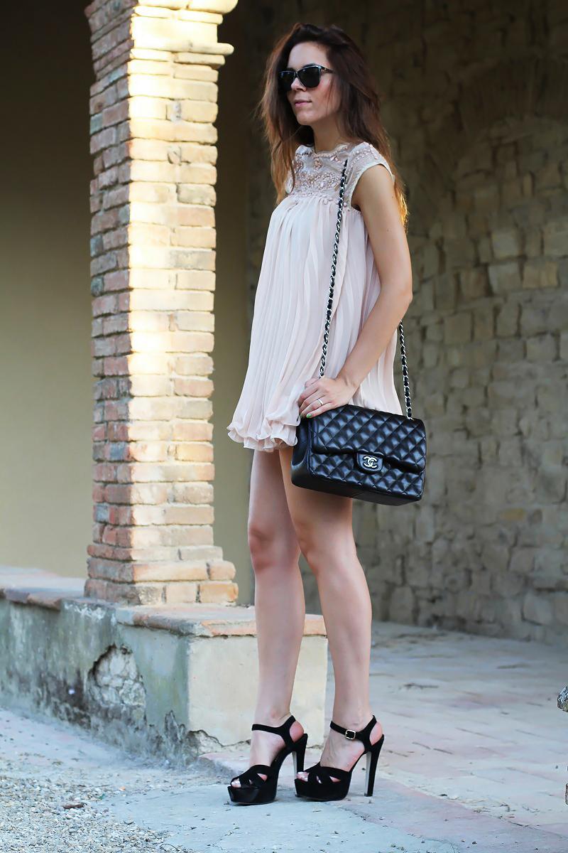 vestito elegante | abito corto | vestito rosa | abito elegante | vestito elegante | outfit chic | look elegante | borsa chanel jumbo | borsa chanel 2.55 | borsa chanel | sandali neri tacco | sandali neri 2
